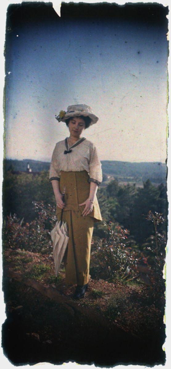 Autochrome anonyme représentant une femme dans un jardin. Coll. Musée dauphinois